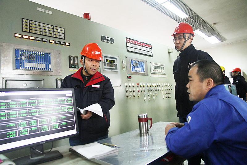 渭化公司总经理张增战在现场检查.jpg