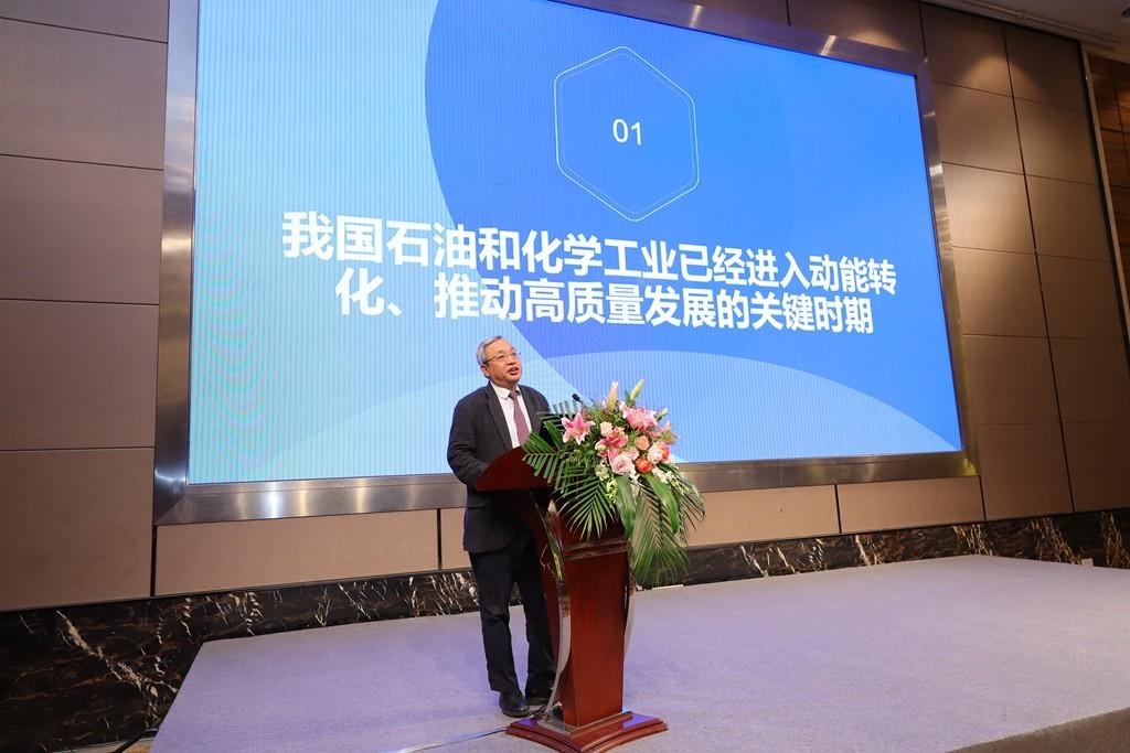 中国石油和化学工业联合会副会长兼秘书长赵俊贵作报告.jpg