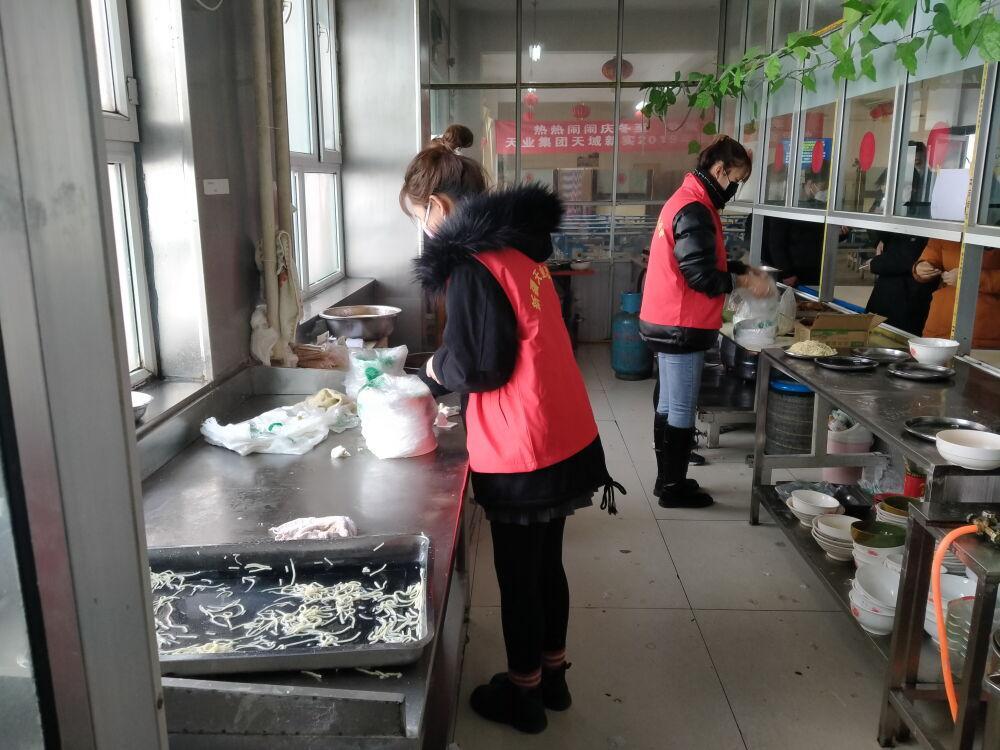 青年志愿者在食堂后厨帮忙。.jpg