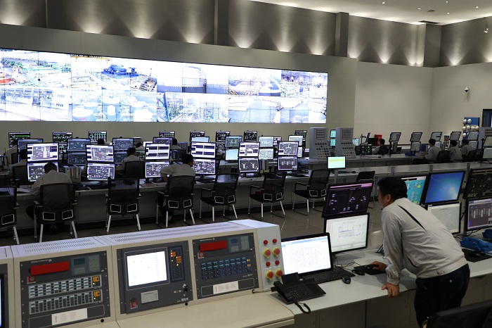 青岛海湾集团董家口产业园区中央控制室综合计算机、通信、显示和控制等4C技术,实现了对生产和管理的实时、全面、智能与可视化控制.jpg